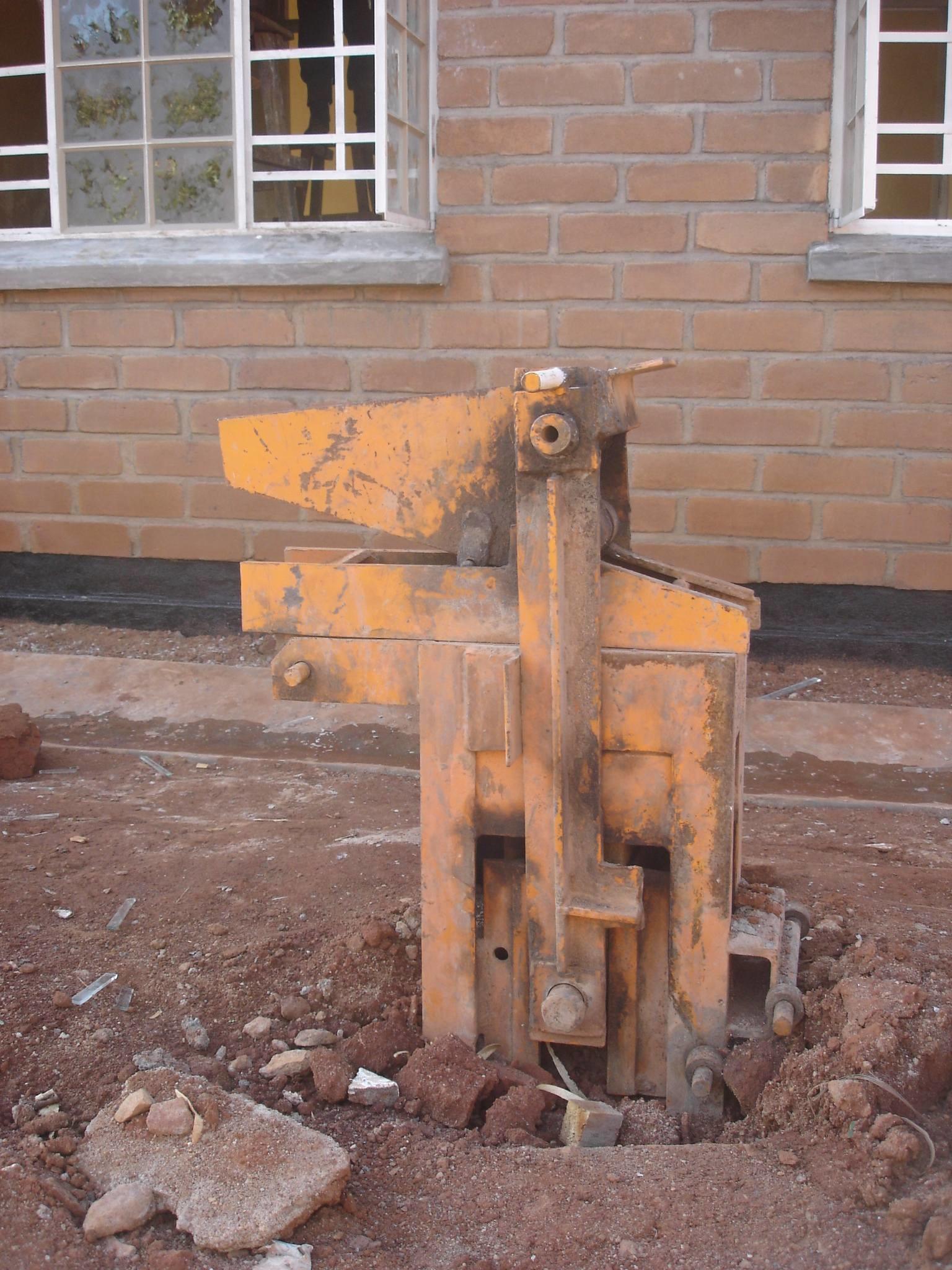 Mechanical earth-brick machine