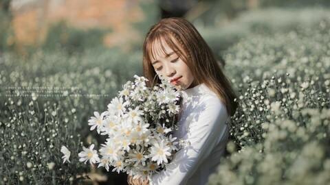 Vietnamese ao dai girl has a simple style